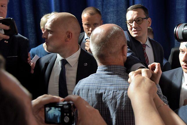 Premier Mateusz Morawiecki w otoczeniu funkcjonariuszy SOP