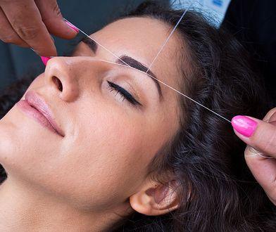 Nitkowanie brwi pozwala na szybkie i efektowne pozbycie się włosków