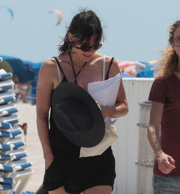 """Co za ciało! 52-letnia Courteney Cox na plaży. Gwiazda """"Przyjaciół"""" ciągle ma się czym pochwalić [FOTO]"""