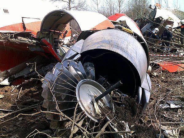 Szczątki rozbitego Tu-154M w miejscu katastrofy
