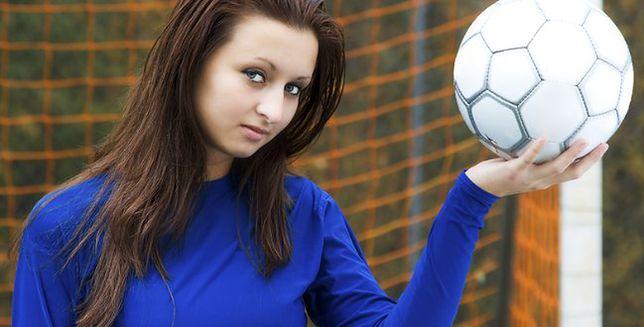 Kobieta wygrywa z piłką nożną