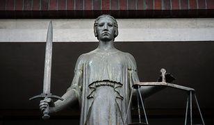 Rzeźba przedstawiająca Temidę nad wejściem do gmachu Sądu Okręgowego we Wrocławiu.