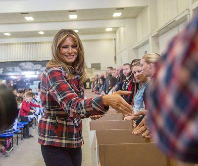 Melania Trump w spodniach i koszuli w kratę