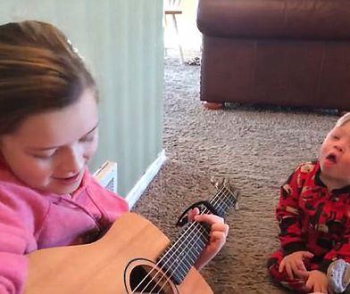 11-latka i jej 2-letni braciszek - dzięki muzycznym sesjom on lepiej się rozwija