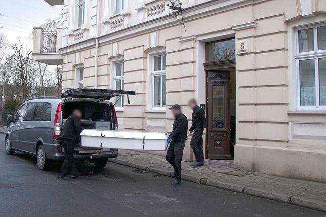 W środę wykonano dwie sekcje zwłok dzieci, znalezionych w mieszkaniu w Bydgoszczy