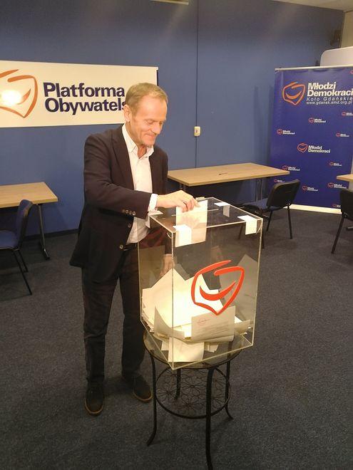 Donald Tusk wziął udział w głosowaniu na szefa PO