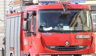 Pożar na Pradze. Mężczyzna opatrywany na chodniku