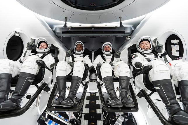 Astronauci wracają na ziemię na pokładzie statku Crew Dragon
