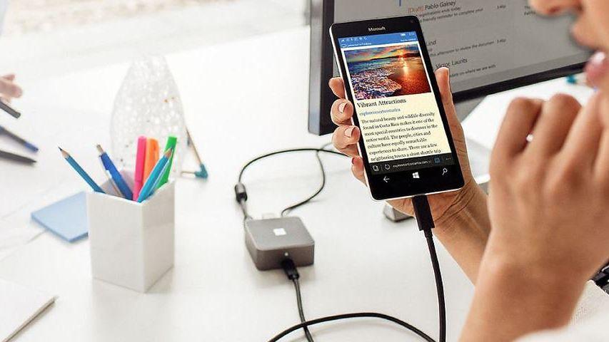Tryb nocny i nowe Continuum w mobilnym Windowsie. Microsoft buszuje w kostnicy