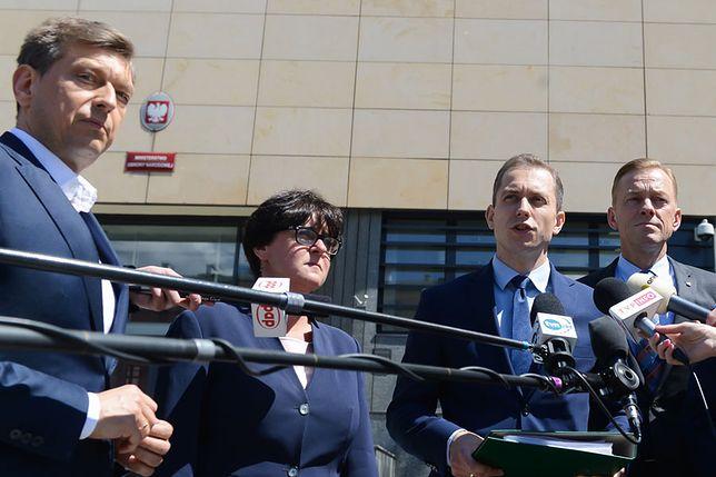 Posłowie PO przed siedzibą MON