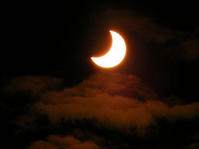 Relację na żywo z zaćmienia Księżyca najlepiej oglądać... w internecie.