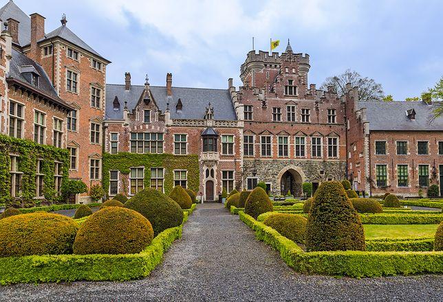 Zamek Gaasbeek wzniesiony został w pierwszej połowie XIII w. w celach obronnych. W XIX w. został przebudowany w stylu romantycznej neorenesansowej rezydencji