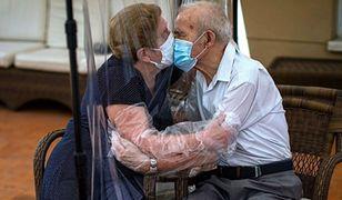 """""""Pocałunek po 100 dniach izolacji"""". Rozczulająca fotografia"""