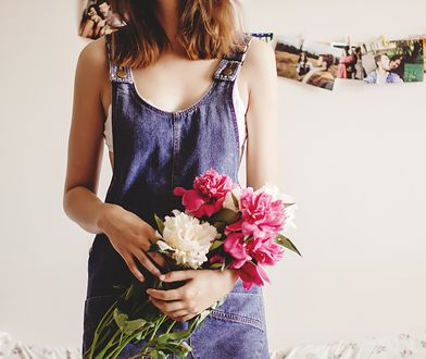 Jak nosić sukienkę ogrodniczkę w tym sezonie? Odkryj na nowo kultowy fason z lat 90. w stylizacjach damskich!