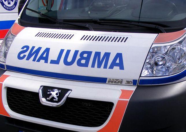 Mazowieckie: zderzenie samochodu osobowego z karetką. Trzy osoby ranne