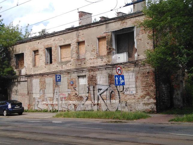 Warszawa. Budynki na Pradze, w których ulokowali się w 1944 roku oddział NKWD, nie mają już szans na przetrwanie, ale napisy, wykonane przez polskich więźniów w piwnicach zostaną przeniesione do sal ekspozycyjnych