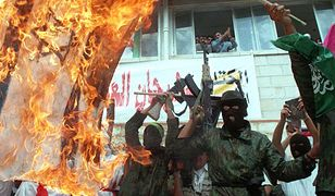 Palestyńczycy manifestujący swoją radość z powrotu z izraelskiego więzienia założyciela i duchowego przywódcy Hamasu szejka Ahmeda Jasina. Zachodni Brzeg Jordanu, 14 października 1997 r.