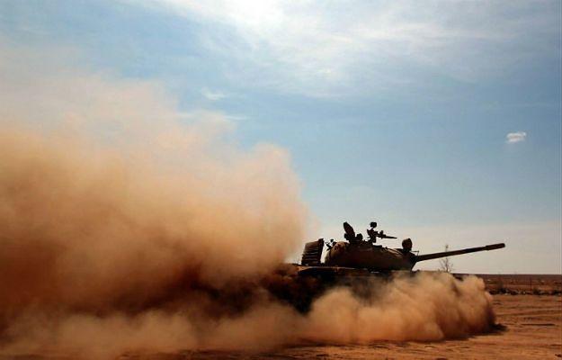 Czołg na libijskiej pustyni. Jedną z przyczyn nowych konfliktów jest gwałtowne pustynnienie terenów zielonych