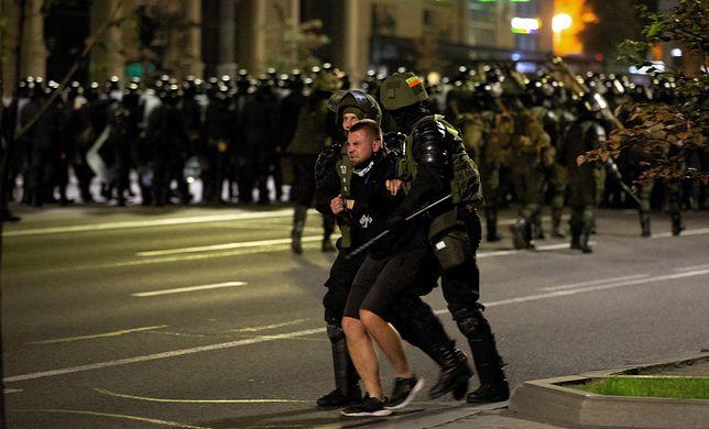Mińsk, Białoruś. Na zdjęciu białoruska policja zamyka ulicę dla ochrony przed demonstrantami po wyborach prezydenckich w Mińsku na Białorusi (sko) PAP/Anna Ivanova