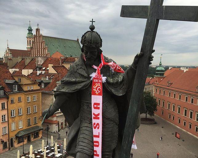 """Król Zygmunt """"założył"""" szalik reprezentacji!"""