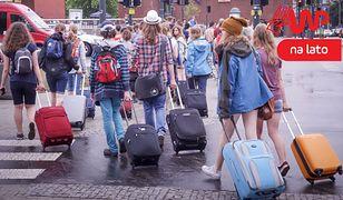 Ciężka walizka niezbędnym towarzyszem podróży. A można na wakacje jak na spacer.
