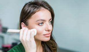 Dla dodania blasku cerze zimą, przyda się akcent podkładu rozświetlającego w odpowiednich punktach twarzy
