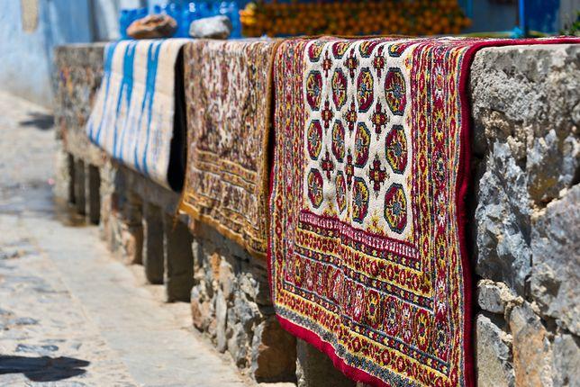 Istnieje kilka sposobów na to, jak dokładnie wyprać dywan: można posłużyć się pralką, myjką ciśnieniową albo odkurzaczem piorącym