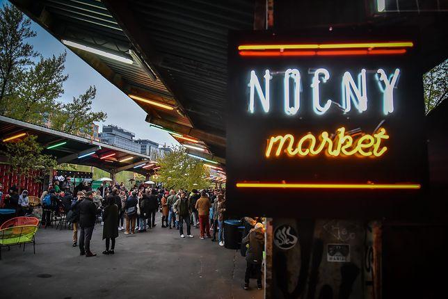 Nocny Market na peronach stacji Warszawa Główna
