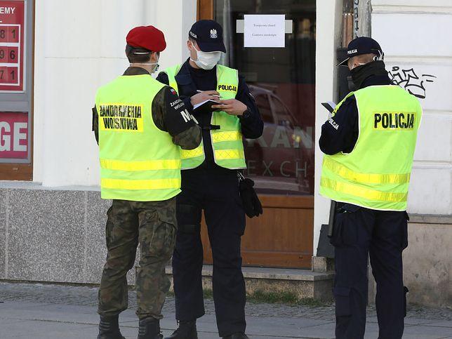 Koronawirus w Polsce. Mieszany patrol żandarmerii i policji na ul. Nowy Świat.