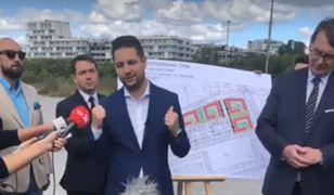 Patryk Jaki podczas prezentacji planów budowy tanich mieszkań na Odolanach.