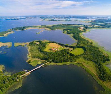 Legenda głosi, że  w którymś z jezior zatopiona została bursztynowa komnata.