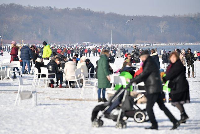 Spacerowicze na plaży w Sopocie w niedzielę, 21 lutego 2021 roku