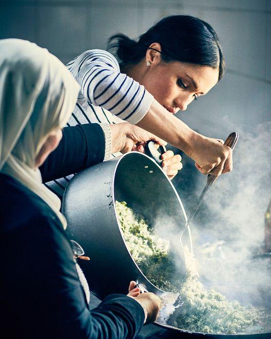 Księżna Meghan gotowała razem z poznanymi kobietami
