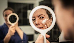 Serum do twarzy to najbardziej skoncentrowana postać kosmetyków pielęgnacyjnych