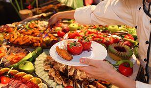 Marnowanie żywności to nadal poważny problem w polskich domach.