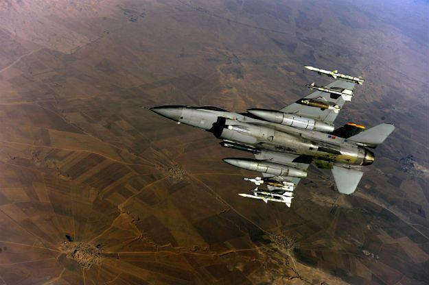 Amerykański myśliwiec F-16 nad Irakiem