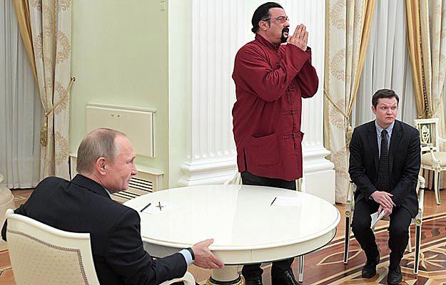 Władimir Putin wręczył na Kremlu rosyjski paszport Stevenowi Seagalowi