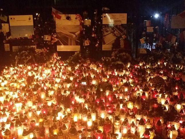 Mimo deszczu tysiące zniczy pali się przed ambasadą Francji