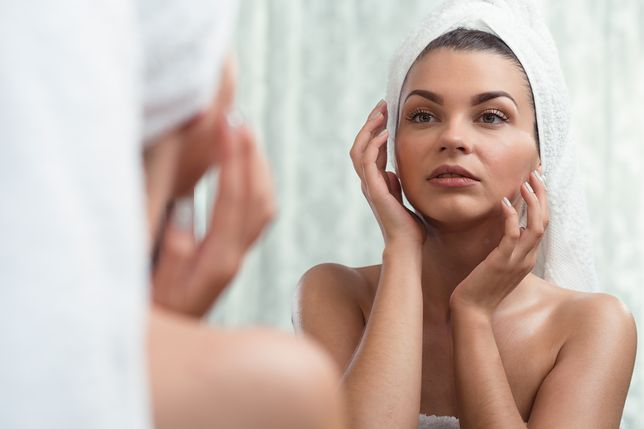 Pelęgnacja cery przed snem. Jakich kosmetyków powinnaś używać?