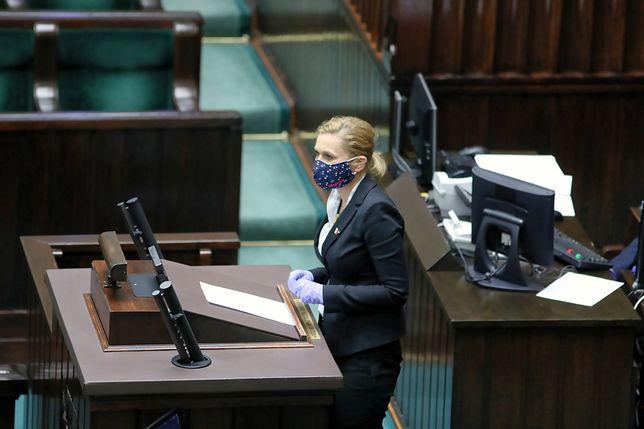 Obrady Sejmu w cieniu koronawirusa. Posłowie w maskach i gumowych rękawiczkach