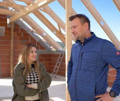 Ania i Grzegorz na placu budowy. Niedługo ich dom będzie miał cały dach