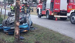 Małopolskie. Koszmarny wypadek. 4-latek wypadł z auta, matka zakleszczona