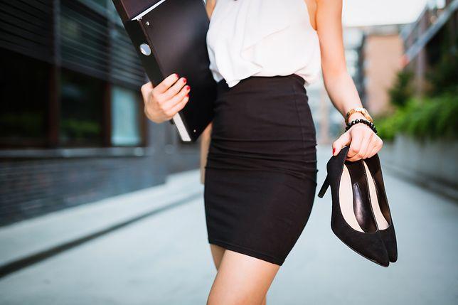 Ołówkowa spódnica doskonale sprawdza się w stylizacjach biznesowych
