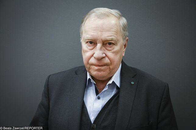 """Jerzy Stuhr na scenie jako Lech Wałęsa. """"Tylko on sprytnie i skutecznie negocjował z komunistami"""""""