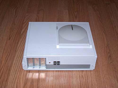 Tył Falcona MicroBox to trzy sloty na 32 bitowe karty rozszerzeń oraz cztery tajemnicze porty.