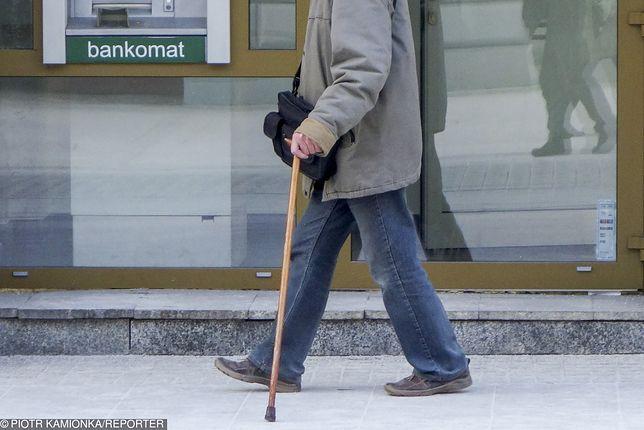 Polacy przekonują się do banków. Duży wpływ mają na to wytyczne pracodawców, którzy preferują przekazywanie pensji na konto.