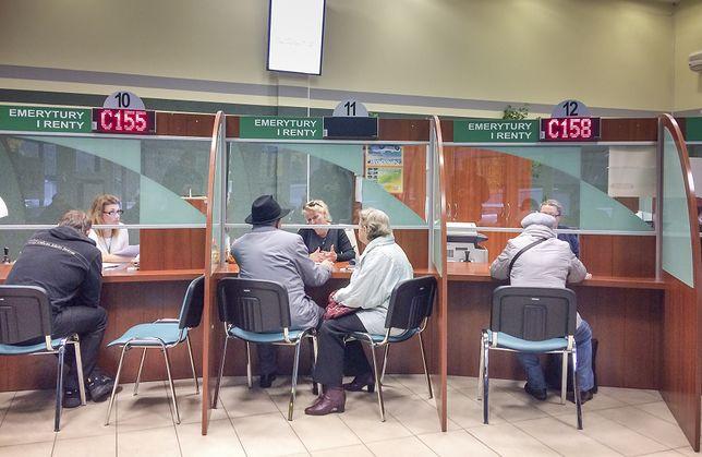 Po wyliczenie emerytury trzeba przyjść do placówki ZUS. Pracownicy nie dzwonią po domach i nikogo nie nachodzą - przypomina Zakład.