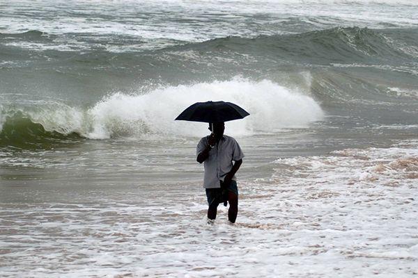 Dziesiątki tysięcy osób ucieka przed cyklonem w Indiach