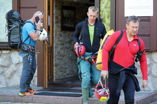 Montañas de Tatra.  Los equipos de rescate buscan hombres que desaparecieron en la Gran Cueva Nevada