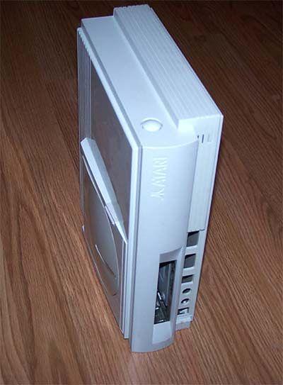 Na obudowie widoczne przetłoczenie Atari oraz z boku przycisk do zwalniania blokady obudowy. Na krawędzi domniemanego napędu CD niewielki przycisk, który mógłby służyć do otwierania klapki CD.
